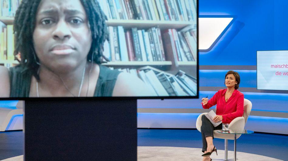 Moderatorin Sandra Maischberger mit Gast Priscilla Layne