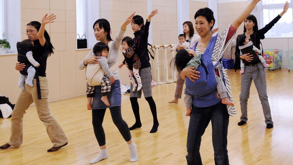 Mütter beim Babytanzen in Tokio: Nur 1,4 Kinder pro Familie