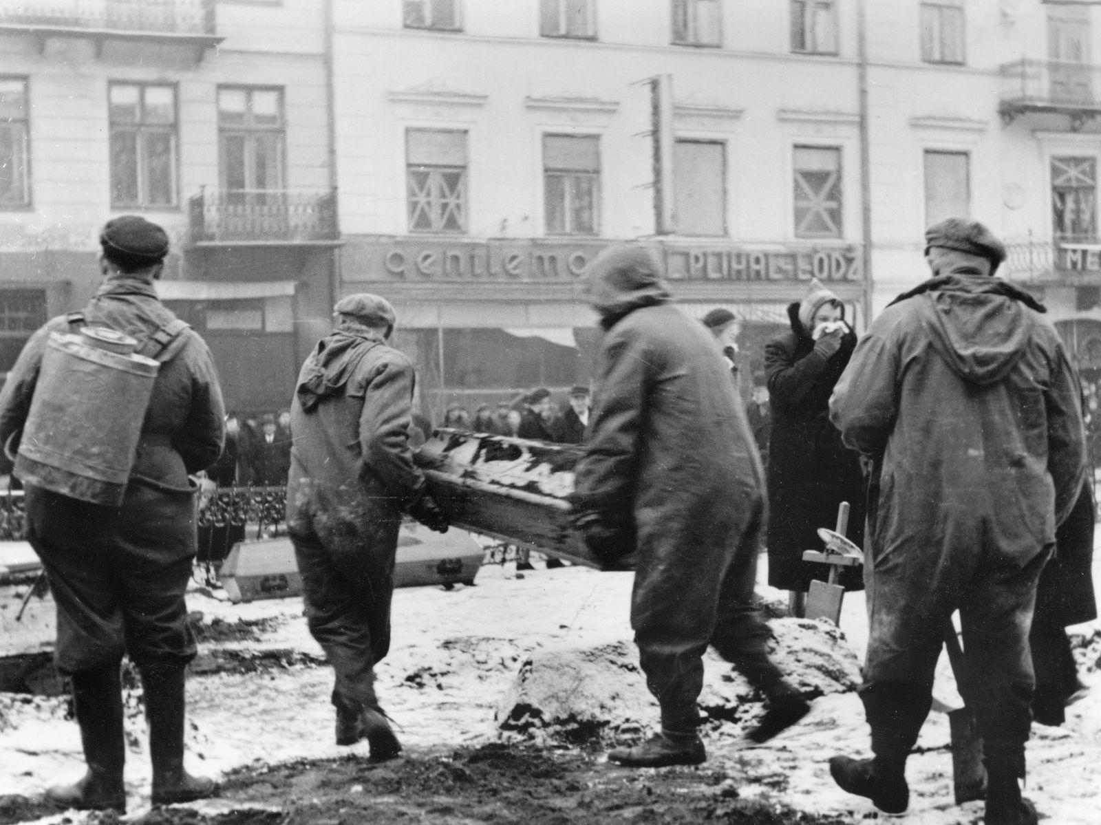 Fleckfieber-Epidemie in Warschau - die Särge werden in den Straßen beigesetzt