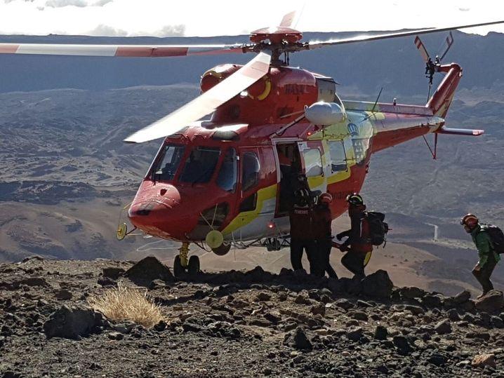 Ein Rettungshubschrauber auf dem Vulkan Teide