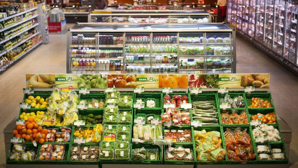 Bioangebot in Supermarkt: Die Ökobranche setzt vielerorts auf Masse, Größe und Produktion unter Plastikplanen