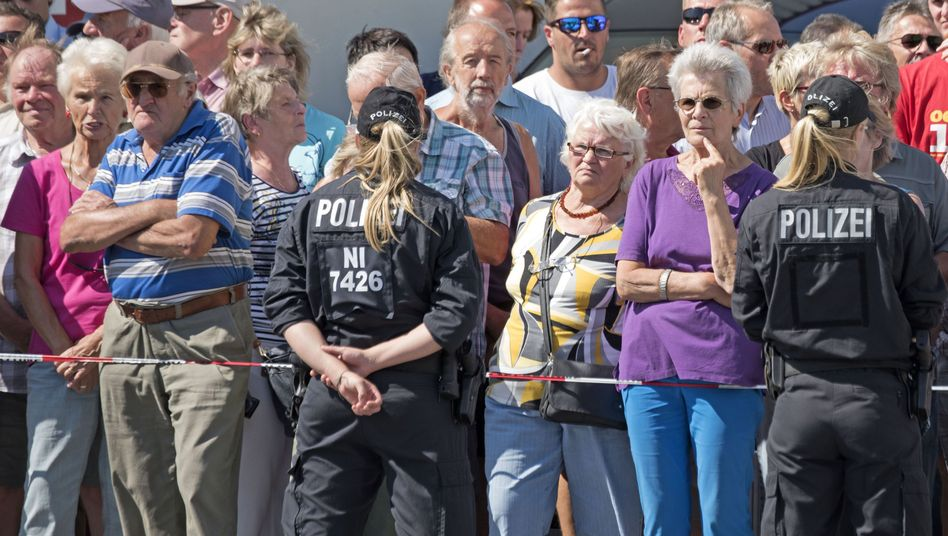 Polizisten in Heidenau während des Besuchs der Kanzlerin: Nicht genug Einsatzkräfte für das Willkommensfest