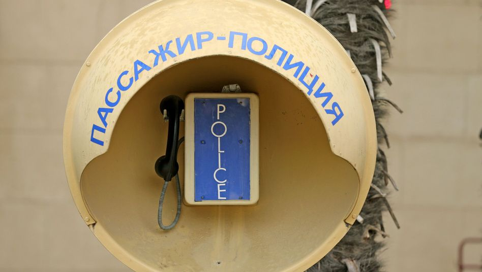 """Telefon mit der Aufschrift """"Police"""" in Sotschi: Großereignisse locken Betrüger an"""