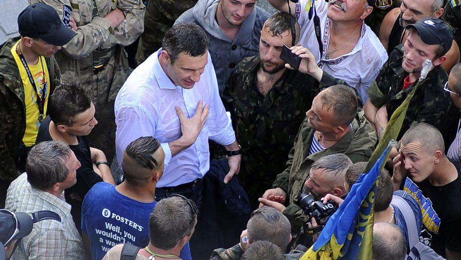 "Vitali Klitschko (M.) auf dem Maidan: ""Barrikaden wegräumen"""