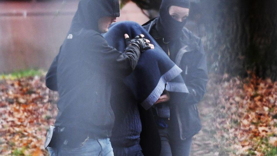 Ein Verdächtiger wird in die Bundesanwaltschaft in Karlsruhe gebracht.