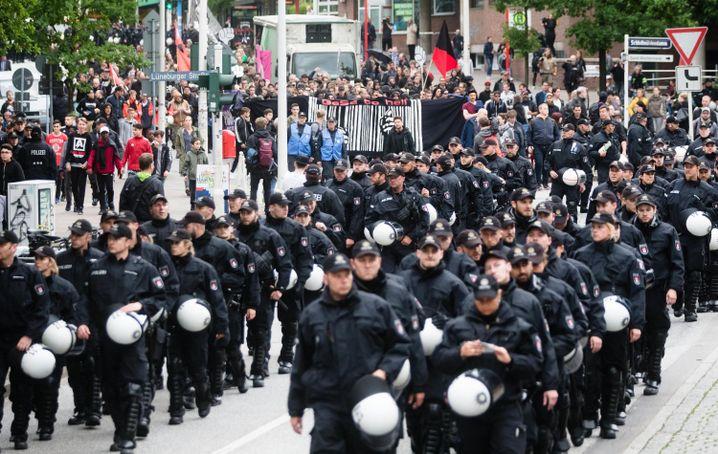 Polizeiaufgebot, Demonstranten in Hamburg-Harburg