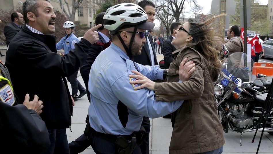Erdogan-Leibwächter, Polizist, Demonstrantin