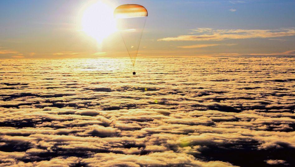 Sojus-Kapsel kurz vor der Landung in Kasachstan