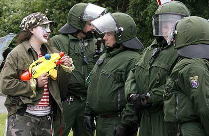 Gefahr im Verzug: Ein Clown zielt auf einen Polizisten