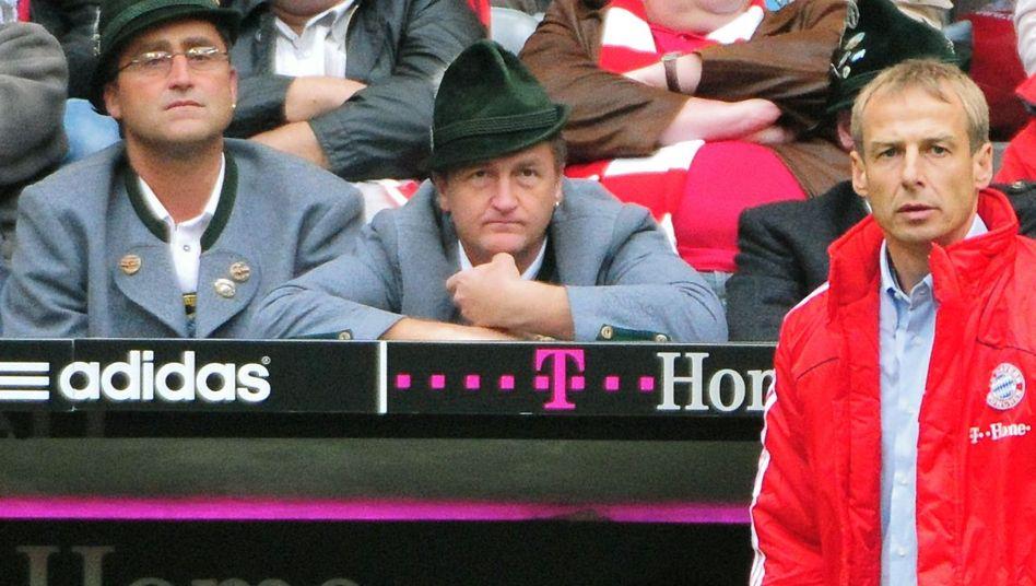 """Bayern-Trainer Jürgen Klinsmann (rechts) und zwei Fans in Tracht nach der 2:5-Niederlage gegen Bremen im September 2008: """"Wir waren überzeugt, das ist der richtige Mann für die Zukunft"""""""