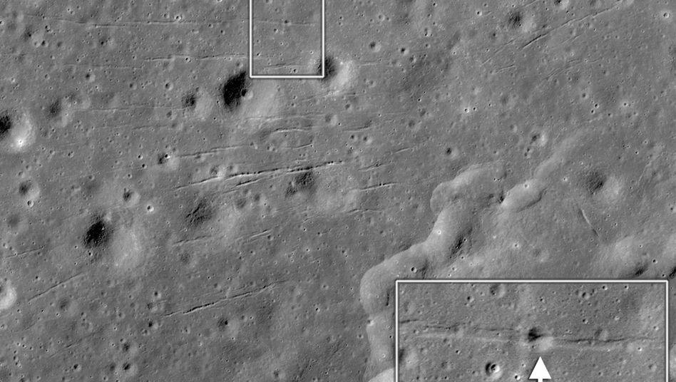 Mondoberfläche: Dieser Graben läuft durch einen 27 Meter breiten Krater