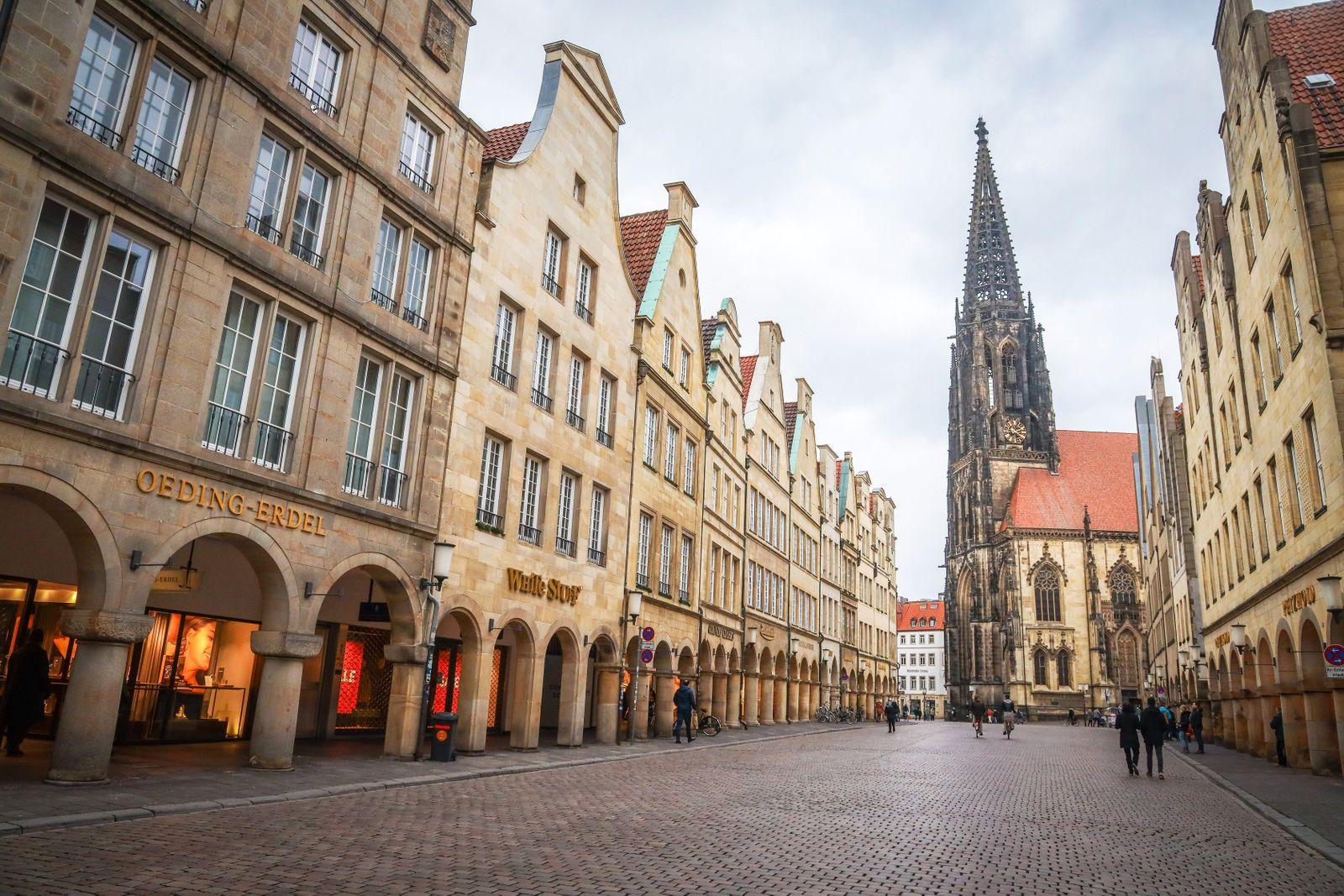 Lockdown in der Corona Krise DEU, Deutschland, Nordrhein-Westfalen, M¸nster, 23.01.2021: Leere Einkaufsstrasse, geschlo