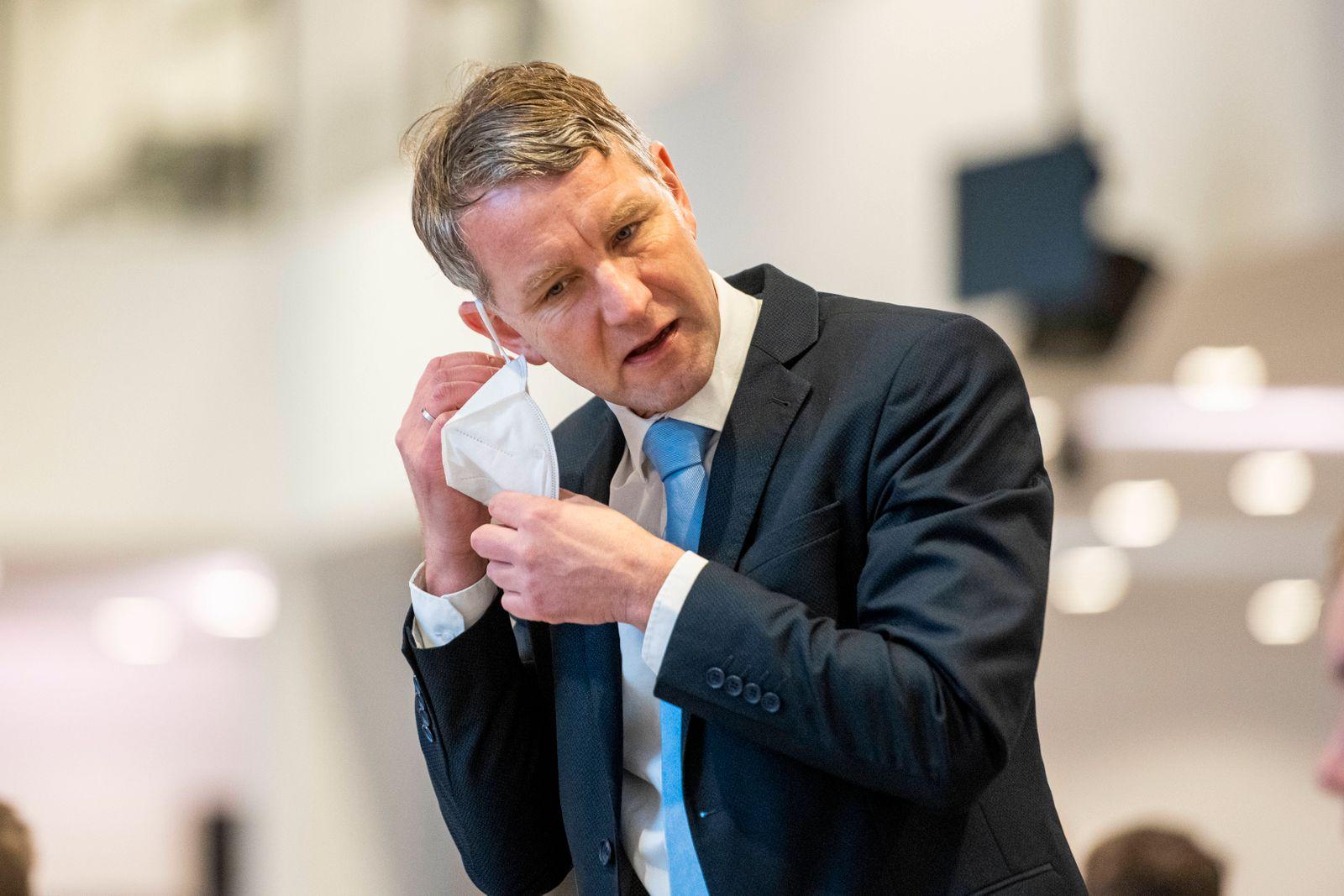 36. PLENARSITZUNG IM THÜRINGER LANDTAG 05/02/2021 - Erfurt: Björn Höcke (AfD) setzt seine FFP2-Maske ab in der 36. Plen