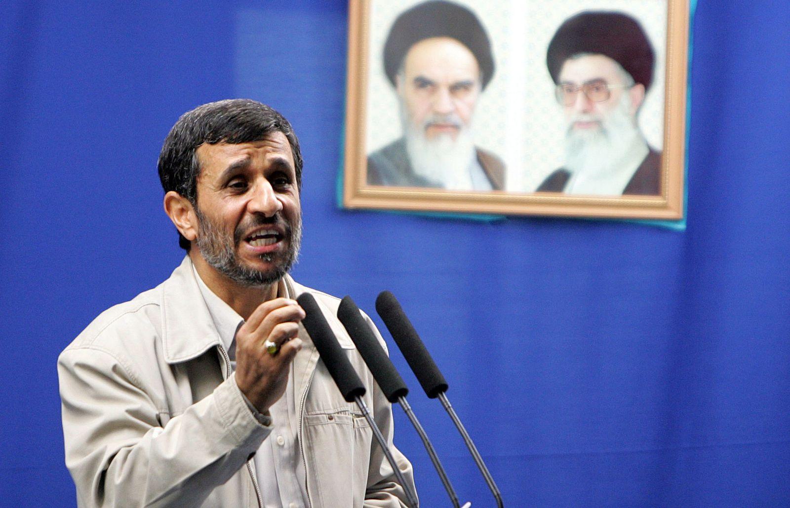 Ahmadinedschad am pult