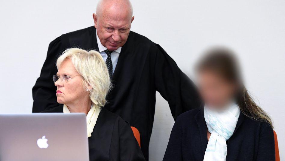 Melanie Meier (rechts) mit Anwälten Steffen Ufer und Annette Voges
