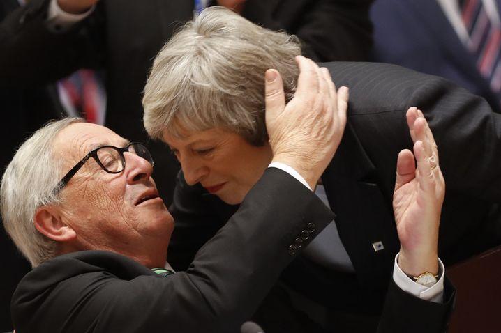 Jean-Claude Juncker (l.), Theresa May