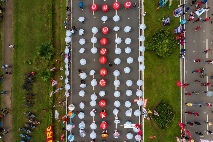 »Duterte, wach auf!«, steht auf den Regenschirmen von Aktivisten, die im vergangenen November gegen die Regierung protestierten. Kritik an Präsident Duterte zu üben, bezahlen immer mehr Menschen auf den Philippinen mit dem Leben