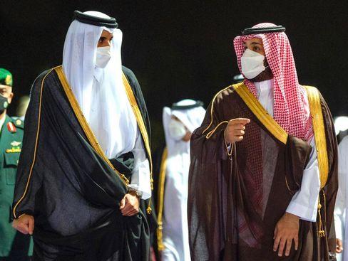Treffen sich zwei Autokraten: links der Emir von Katar, rechts Mohammed bin Salman