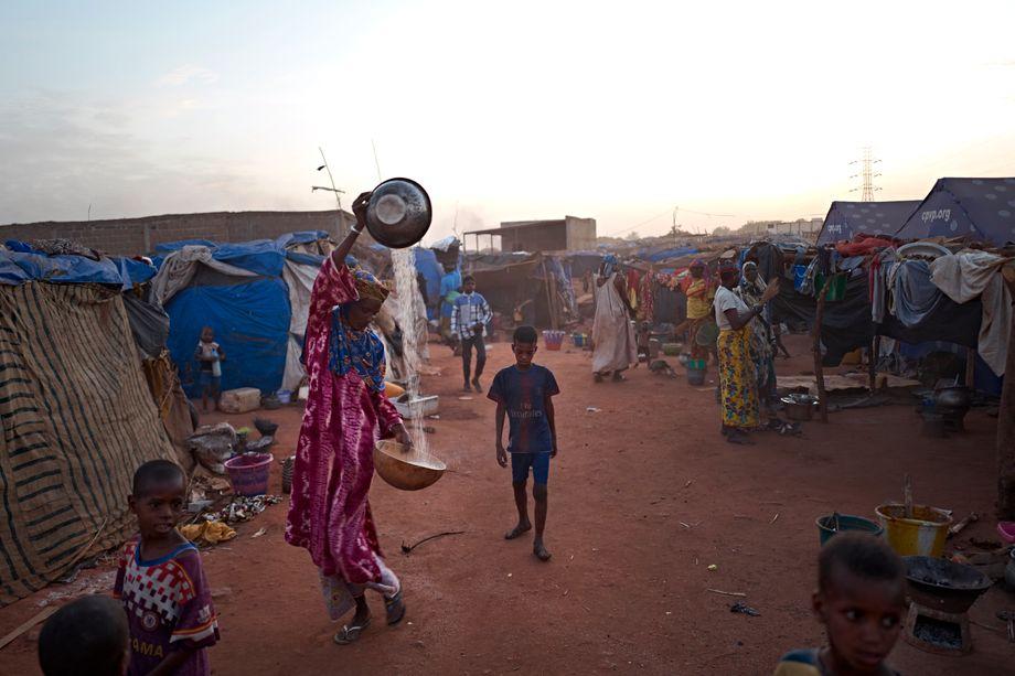 Eine Frau siebt Körner in einem Flüchtlingscamp in Bamako, der Hauptstadt von Mali. Seit Juni 2018 haben dort mehr als 1200 Menschen Zuflucht vor Konflikten gefunden. Allerdings ist Bamako auch einer der Hotspots für Todesfälle und Misshandlungen von Flüchtlingen auf dem Weg nach Libyen.