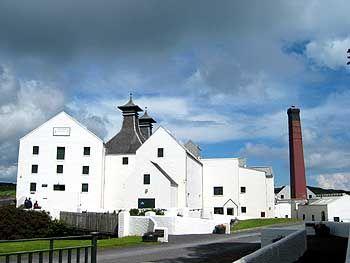 Weltwhisky-Insel Islay: Die Destillerie von Lagavulin wurde 1837 neben den Ruinen des Dunyveg Castle gegründet