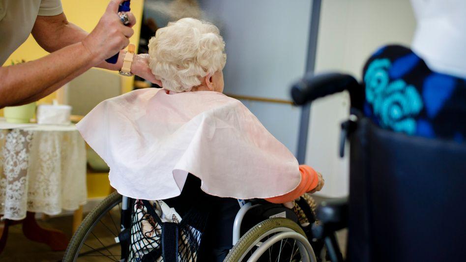 Frisch frisiert im Pflegeheim: Für die Betreuung müssen Betroffene oder deren Angehörige im Schnitt 2125 Euro monatlich zuzahlen