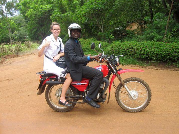 Ohne Helm und ohne Gurt: Hebamme Hanna auf dem Weg zur Arbeit in Malawi