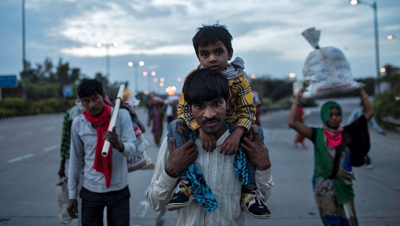 Indien in der Corona-Krise: Tausende Wanderarbeiter flüchten aus den Städten