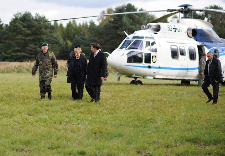 Merkel vor ihrem Kanzlerhubschrauber