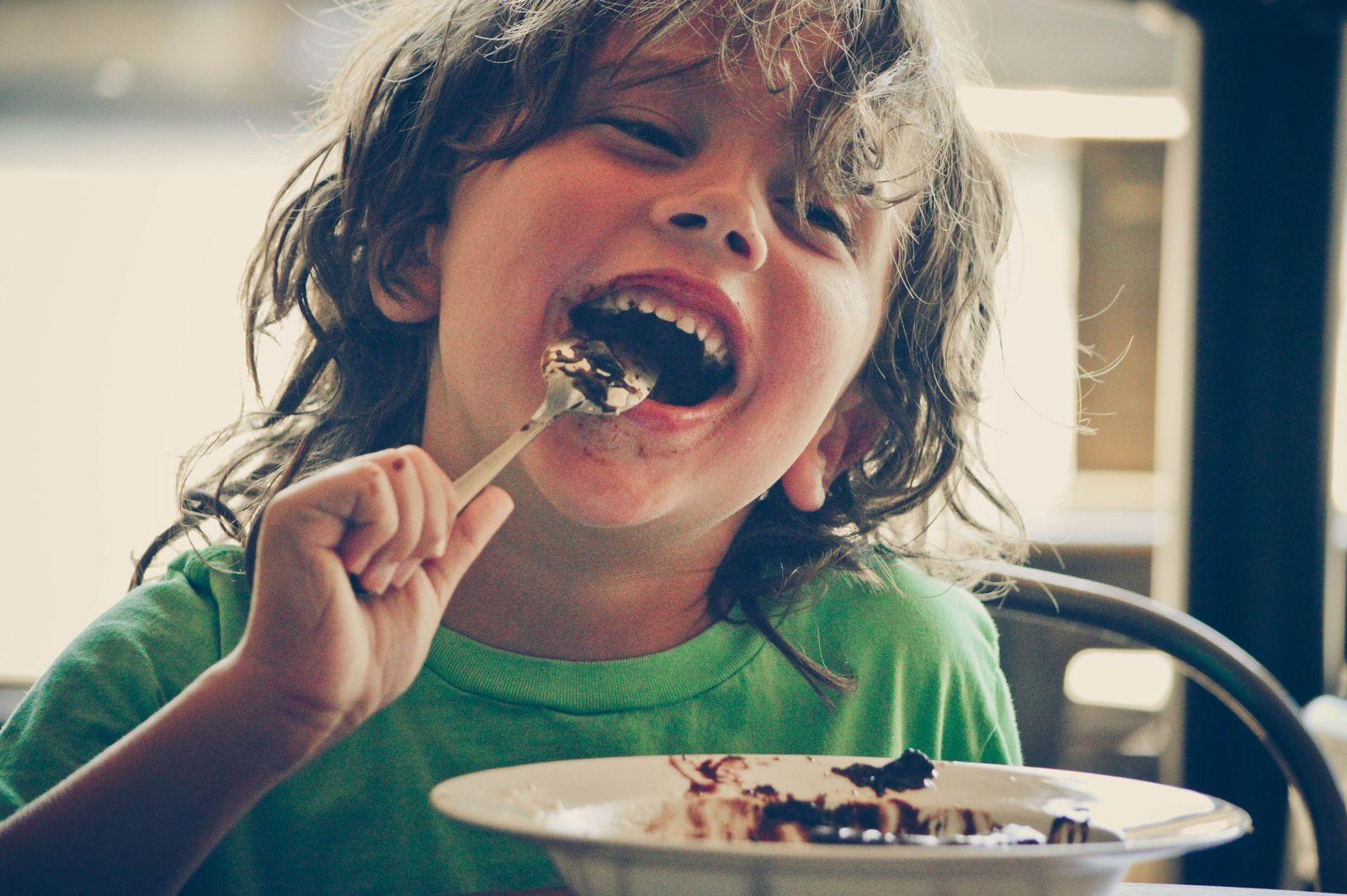 EINMALIGE VERWENDUNG Kind essen
