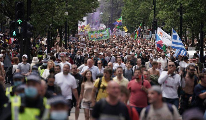 Demonstranten fordern bei einem Protest auf der Oxford Street ein Ende der Coronamaßnahmen und des Lockdowns
