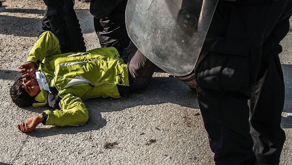 Greek police confronting migrants on the island of Lesbos: Yet another low in a political and human drama of which the Europeans have lost all control.