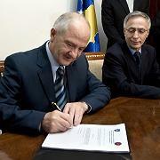 """Kosovos Präsident Sejdiu unterzeichnet in Gegenwart von Parlamentspräsident Krasniqi die neue Verfassung: """"Das ist ein historischer Moment"""""""