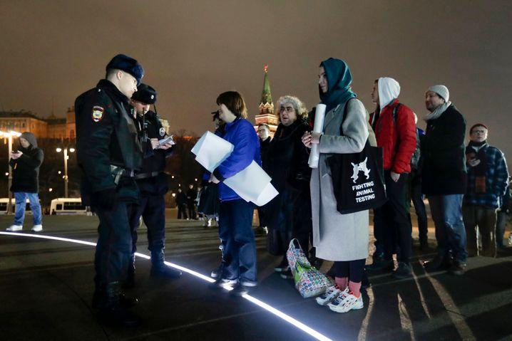 Polizisten mit Demonstranten: Sie stehen an der Statue des Großfürsten Wladimir an, um zu protestieren