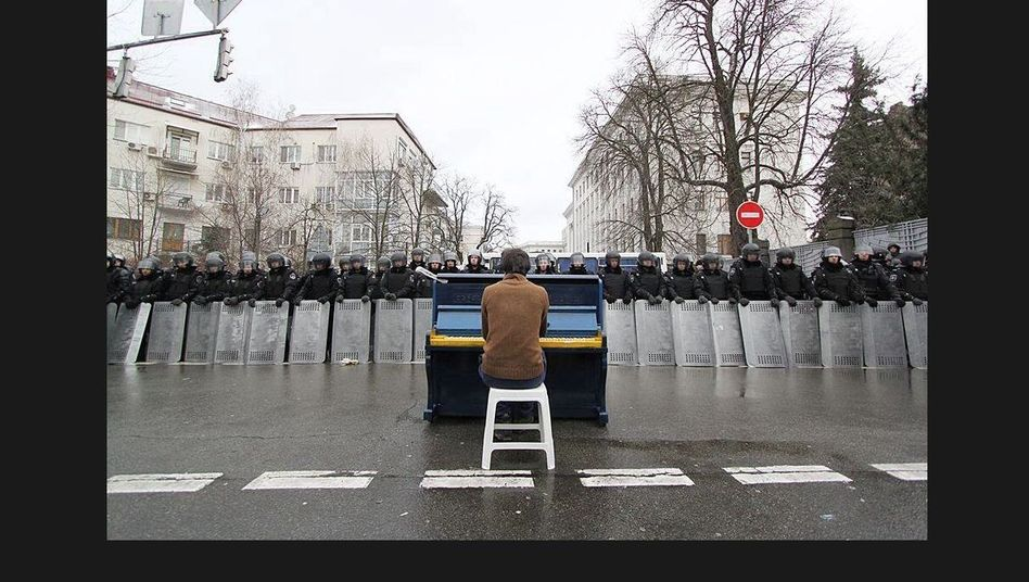 Pianist vor Polizeisperre: Hunderttausende demonstrieren in Kiew