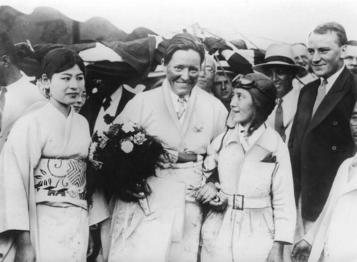 Am Ziel: Marga von Etzdorf nach ihrem Rekordflug auf dem Flugplatz Toli, 29. August 1931