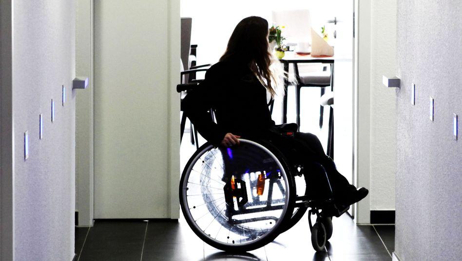 """Rezeptionistin in einem Hotel (Archivbild): """"Maßnahmen für Behinderte fast weggespart"""""""