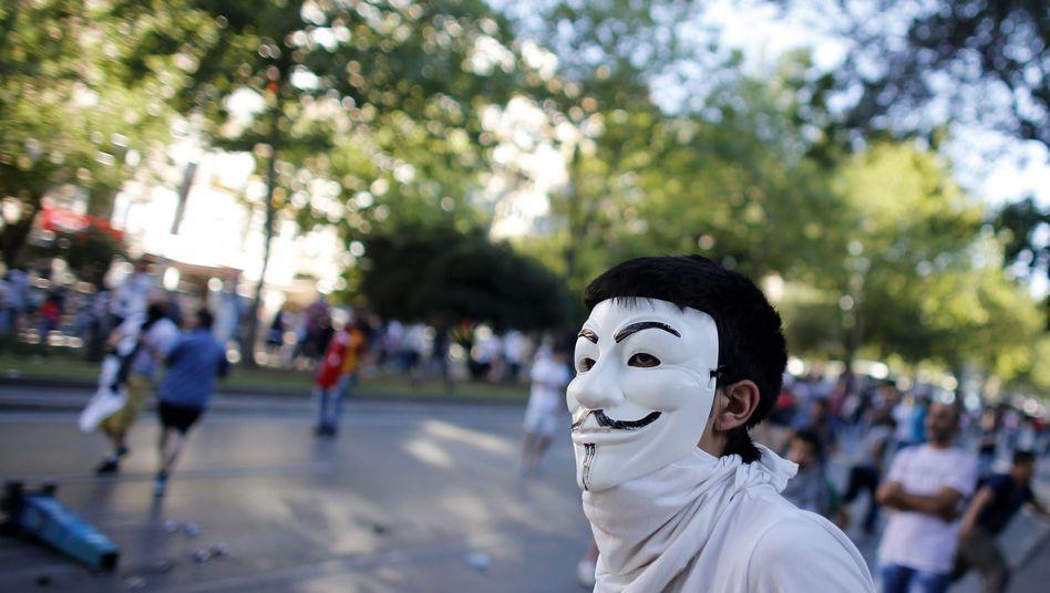 Demonstrant mit Guy-Fawkes-Maske in Istanbul: Phishing-Attacke gegen Erdogans Mitarbeiter