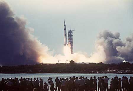 16.7.69: Die Saturn-V-Rakete hebt mit der Raumfähre Apollo 11 an Bord in Florida ab