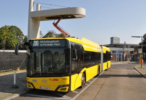 Ein Elektro-Gelenkbus der BVG lädt an der Haltestelle Hertzallee per Pantograf