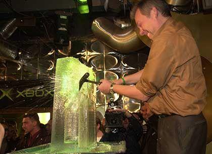 Hau ruck!: Ganz schön anstrengend, so eine auf Eis gelegte Xbox unters Volk zu bringen