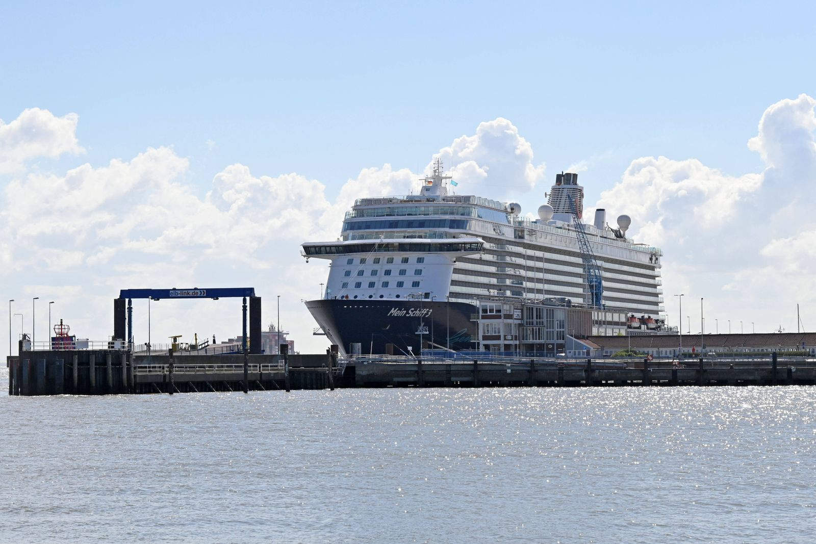 Cuxhaven, der 05.05.2020 Die 2.900 Mitglieder starke Crew der Mein Schiff 3 harrt seit mehr als vier Wochen auf dem Kreu