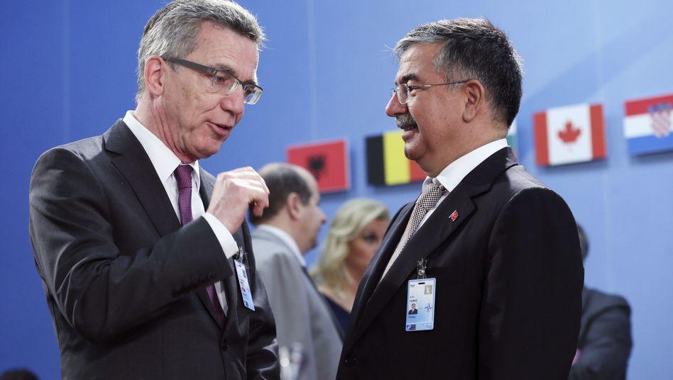Thomas de Maizière (mit dem türkischen Verteidigungsminister Ismet Yilmaz): Erfolgreicher Vorstoß beim Nato-Treffen in Brüssel