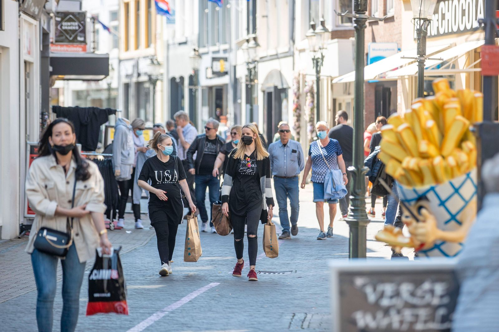 28.04.2021 , Venlo , Niederlande , Die Aussengastronomie in den Niederlanden darf ab 12 Uhr am Mittag wieder öffnen , di