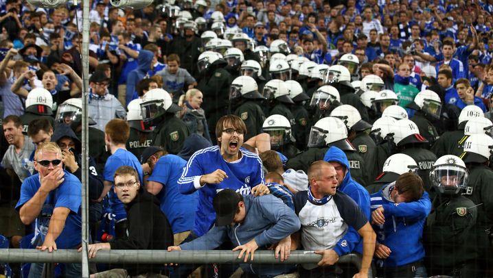 Champions-League-Playoffs: Polizei-Schrecken in der Kurve