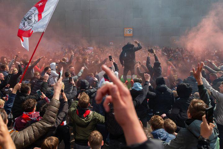 Ajax-Fans feiern ihr Team vor dem Stadion – ohne Abstand