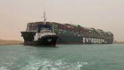 Riesiges Containerschiff steht weiter quer