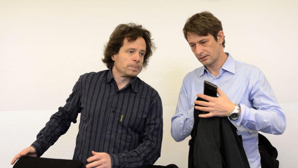 """Freigesprochene Journalisten Datt (l.) und Ginzel: """"Legitime Fragen aufgeworfen"""""""