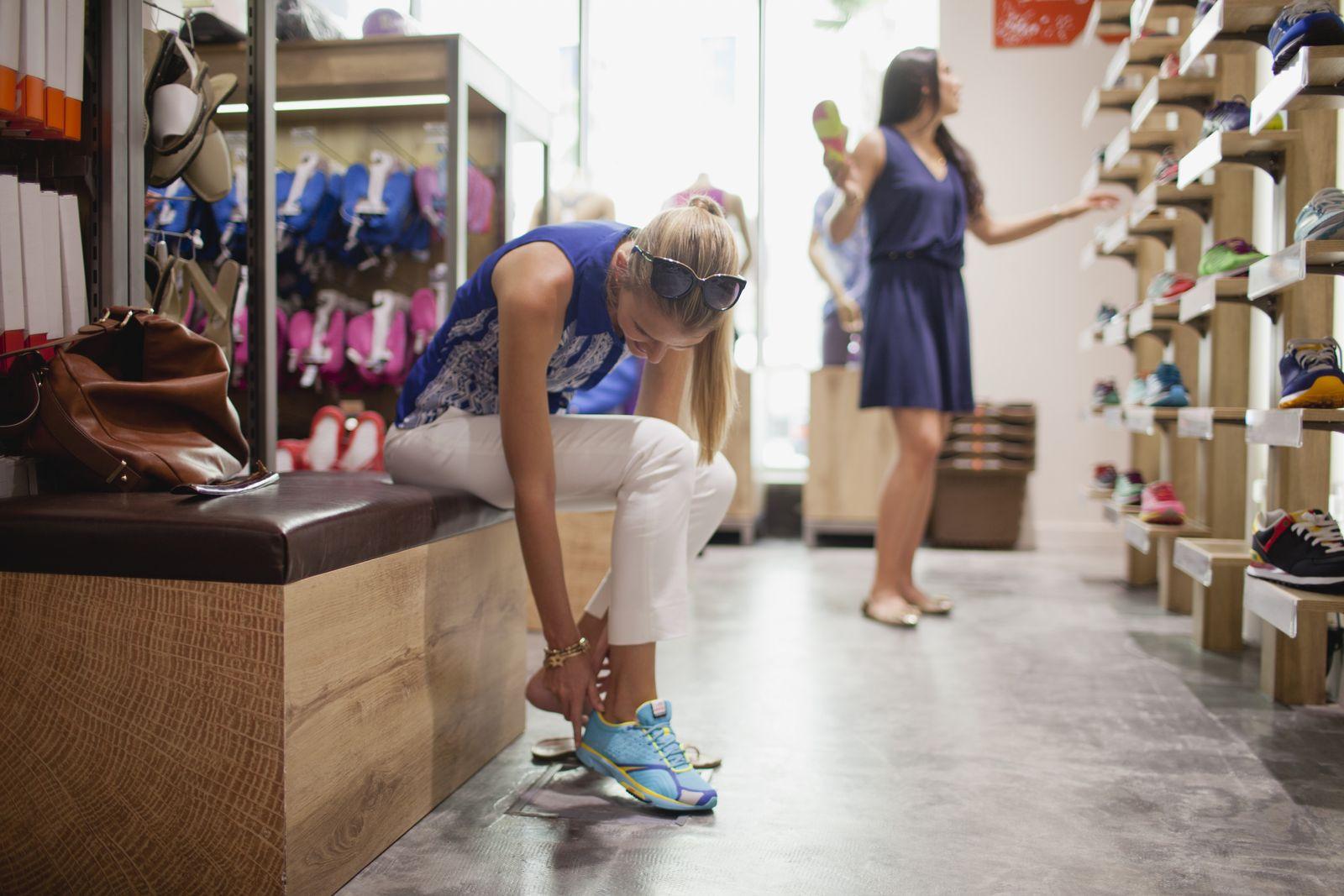 NICHT MEHR VERWENDEN! - Frauen/ Shopping/ Shoppen/ Schuhkauf/ Sportschuhe