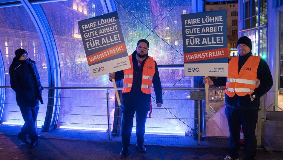 Streikende Bahn-Mitarbeiter bei Warnstreik am Montag