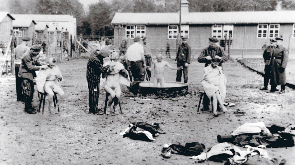 Desinfektion von Häftlingen im KZ Buchenwald 1939: »Rücksichtslose Auslöschung«